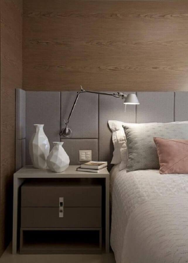 cabeceira estofada para quarto planejado com luminária de cabeceira articulada Foto Pinterest