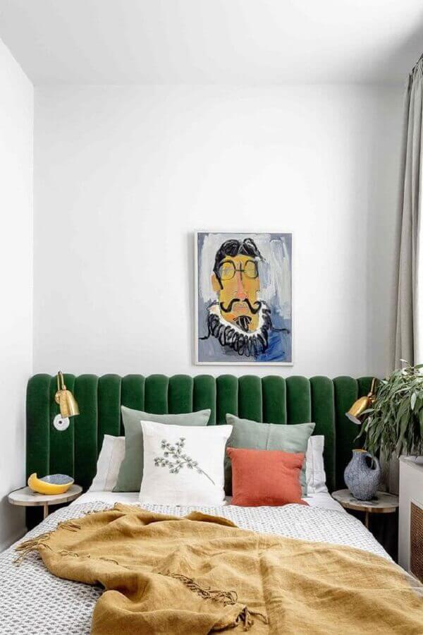 cabeceira estofada verde planejada com luminária de cabeceira dourada Foto PUFIK Interiors & Inspirations