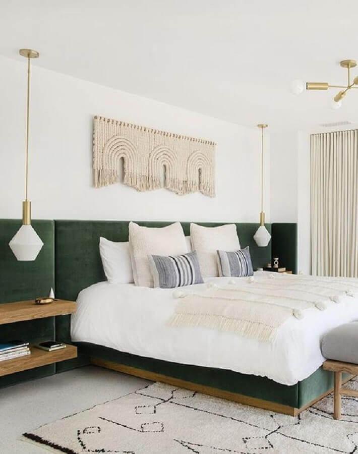 cabeceira verde estofada para decoração de quarto com luminária pendente de cabeceira  Foto Apartment Therapy