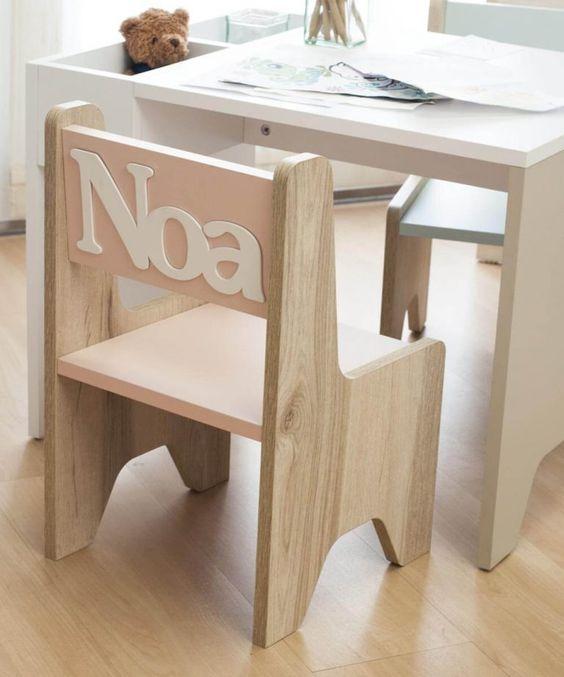 Cadeira para escrivaninha infantil com nome da criança atrás