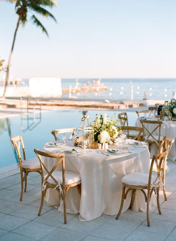 Cadeira paris na mesa de jantar ao ar livre