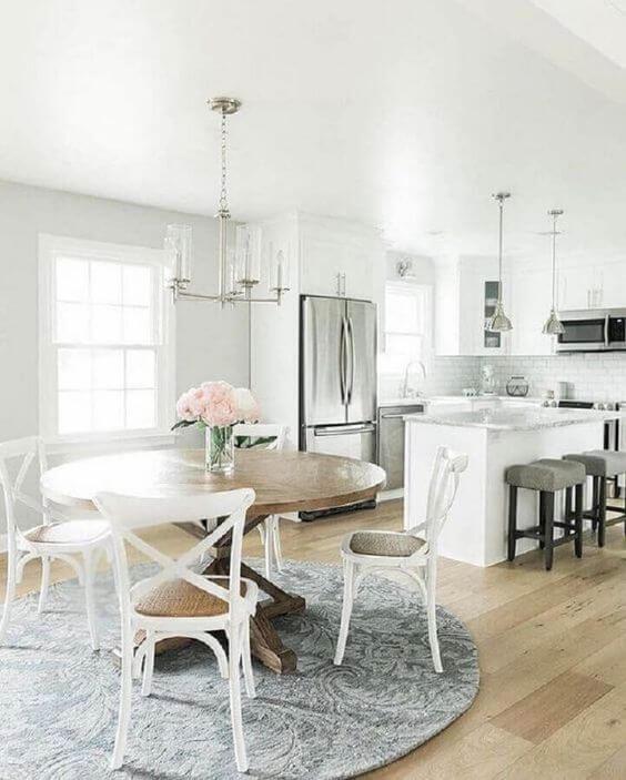 Cadeira paris branca na mesa de jantar redonda