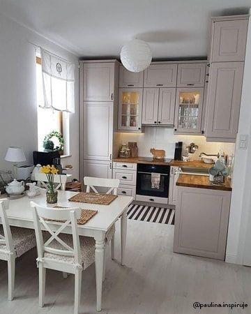 Cadeira paris branca na sala de jantar pequena