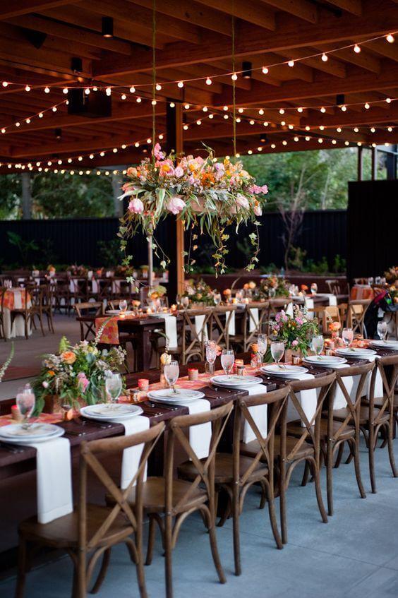 Festa de casamento iluminada com cadeira paris na decoração