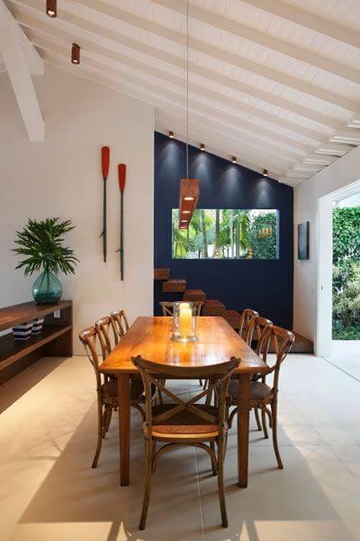 Cadeira paris de madeira na sala de jantar