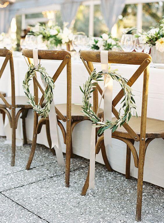 Cadeira paris de madeira e decoração de plantas