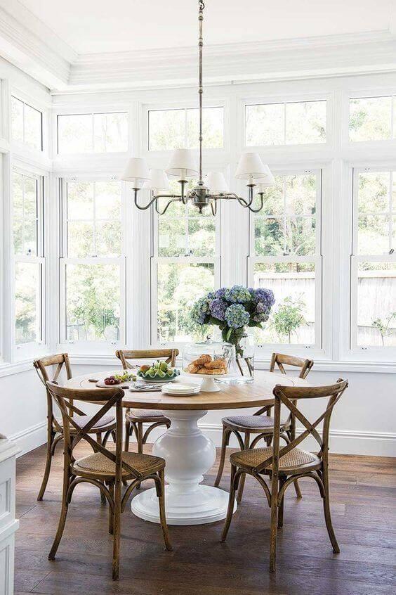 Cadeira paris na mesa de jantar redonda