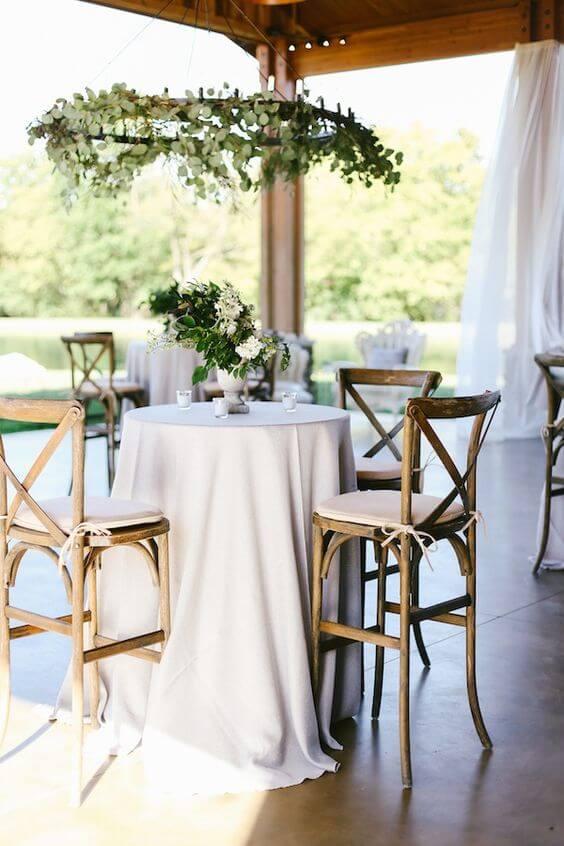 Cadeira paris na mesa de jantar