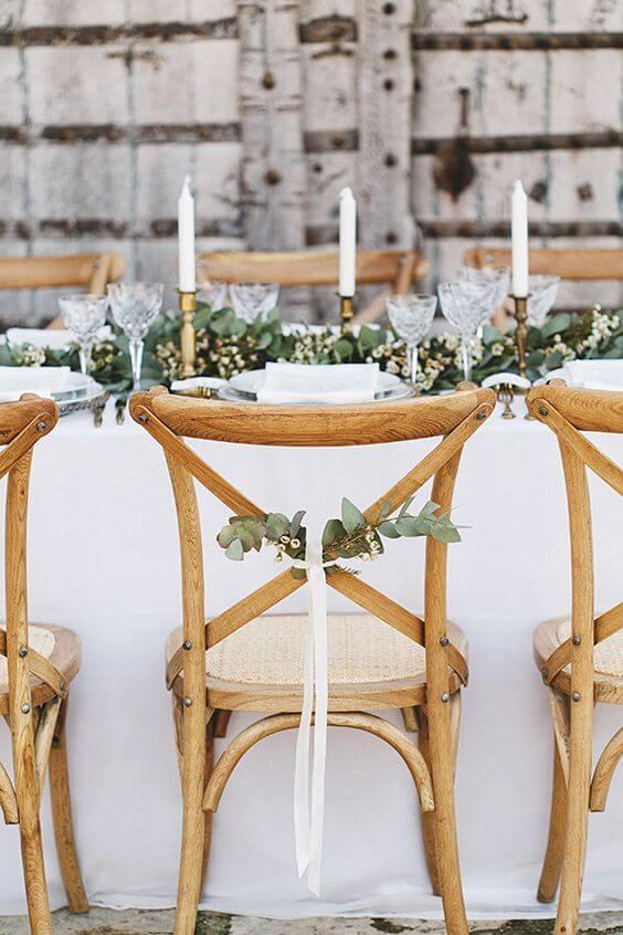 Cadeira paris de madeira com decoração de plantas
