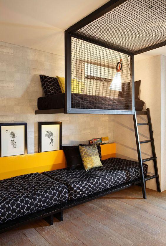 Cama beliche de ferro preta com decoração amarela e preta