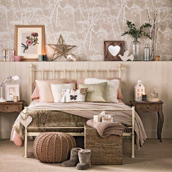 Cama de ferro branca no quarto de casal
