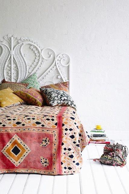 Cama de ferro branca no quarto clean