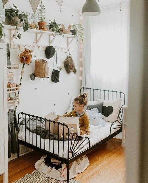 Cama de ferro infantil preta com proteção