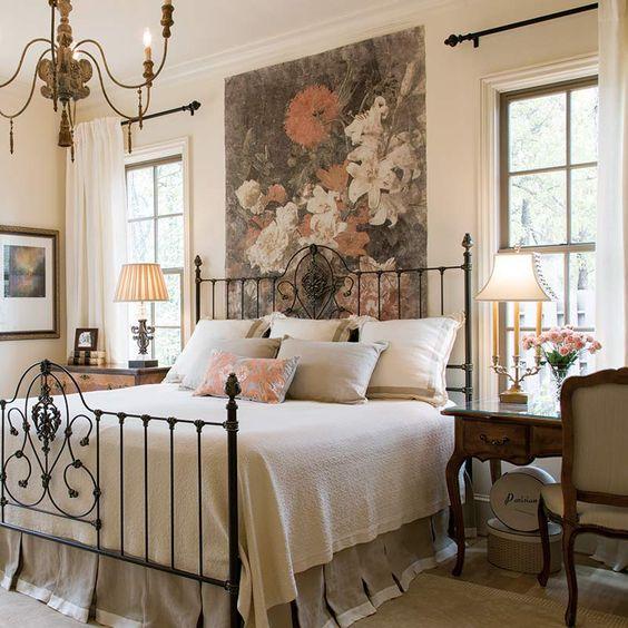 Cama de ferro no quarto decorado com muita elegância