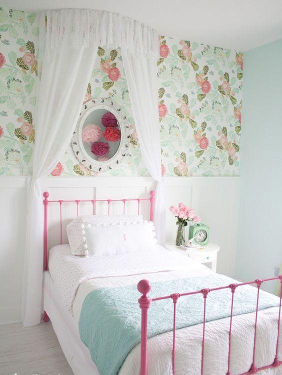 Cama de ferro rosa com papel de parede floral