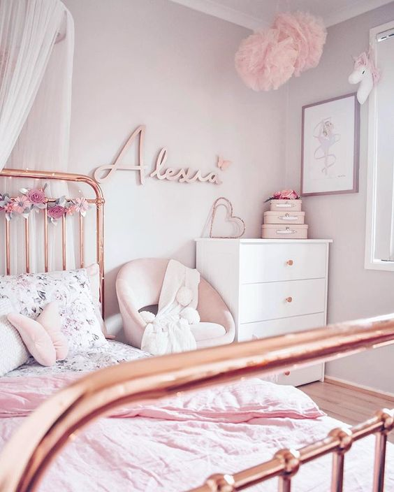Cama de ferro rosa claro charmosa