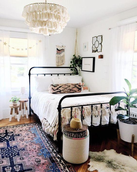 Cama de ferro solteiro na decoração minimalista