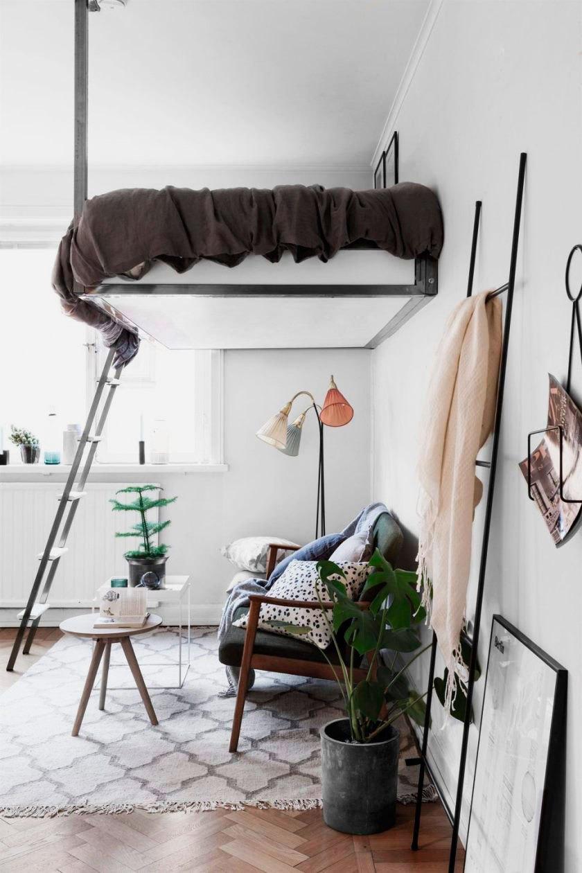 Cama de ferro suspensa no quarto moderno