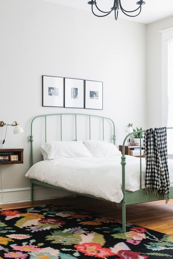 Cama de ferro verde clara no quarto minimalista