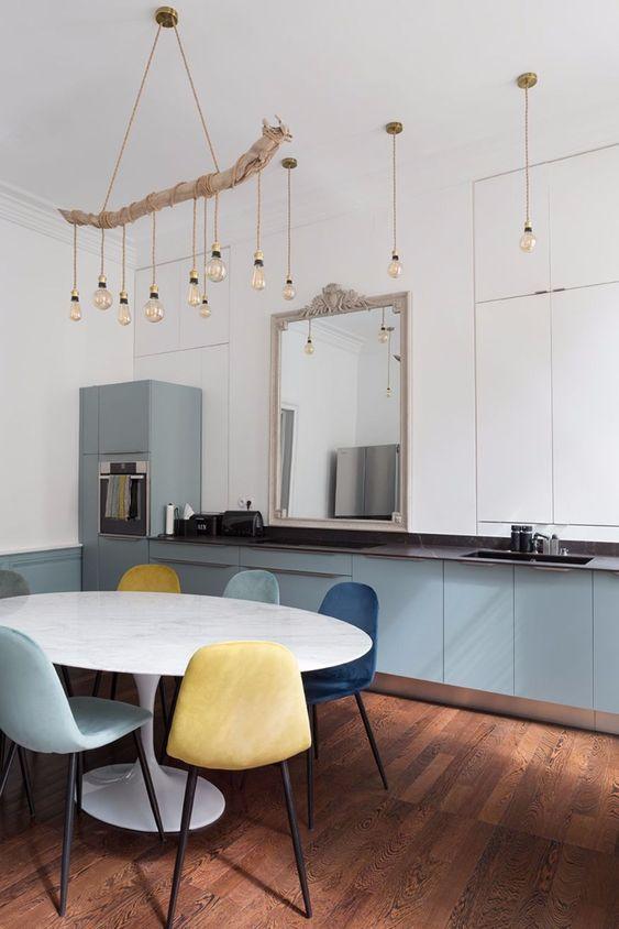 Mesa saarinen com cadeiras coloridas