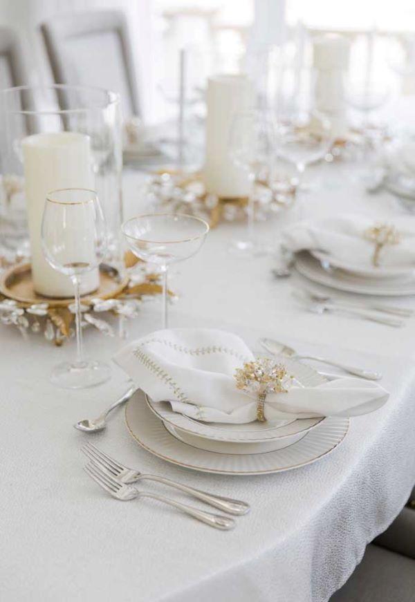 Ceia de reveillon branco e dourado