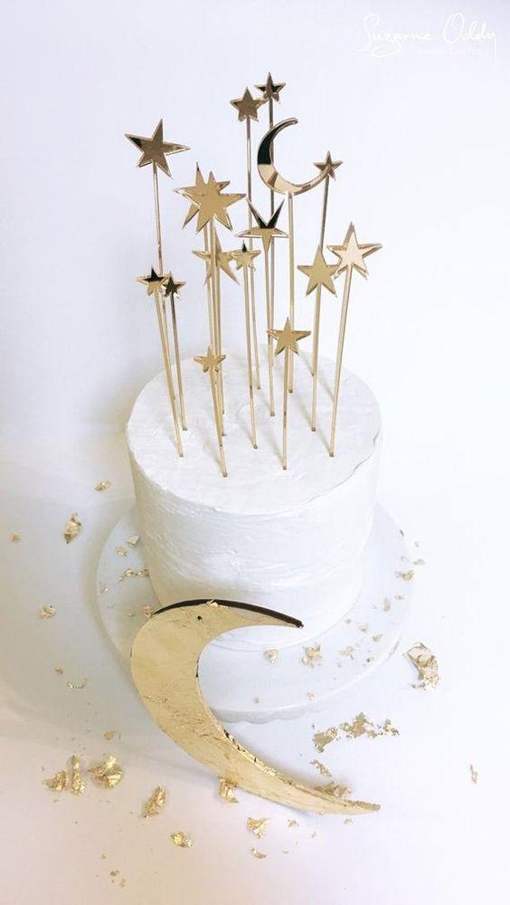 Ceia de reveillon com bolo decorado