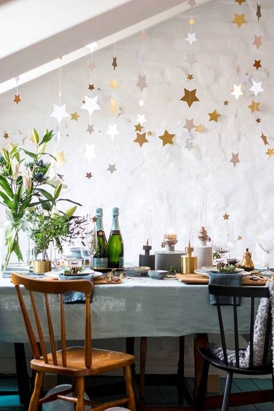 Ceia de reveillon com estrelas na mesa de jantar