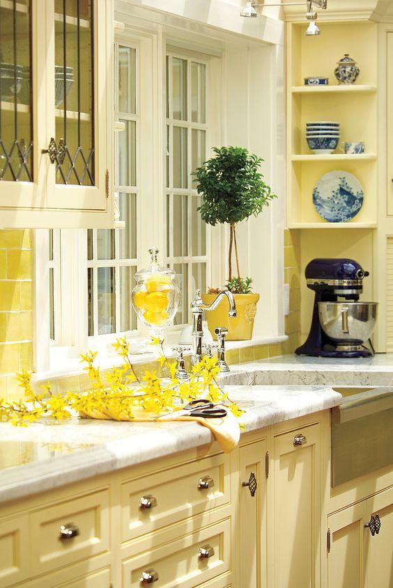 Cozinha amarelo pastel com flores na decoração