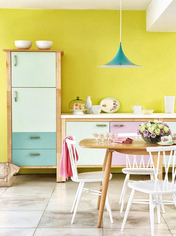 Cozinha com parede amarelo pastel