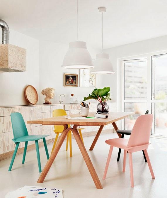 Cozinha com cadeiras coloridas em tons pasteis