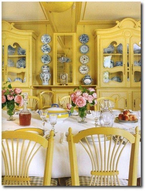 Cozinha com móveis amarelo pastel