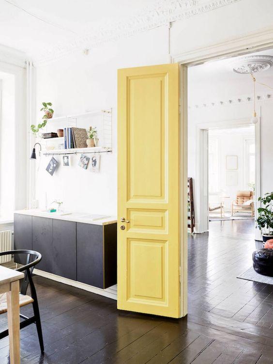 Cozinha com porta amarelo pastel na decoração