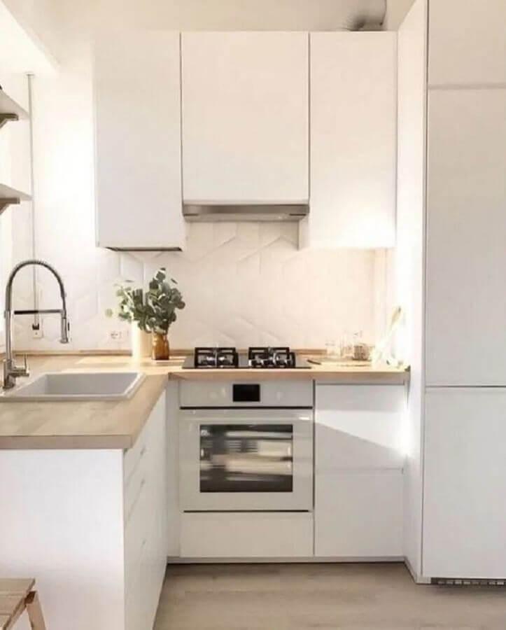 cozinha compacta de canto branca com bancada de madeira Foto Apartment Therapy