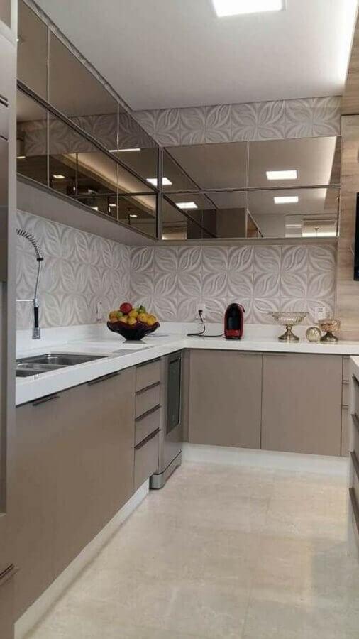cozinha completa de canto cinza com armário aéreo espelhado Foto Jeito de Casa