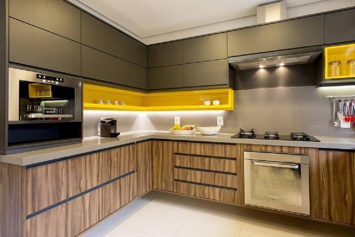 cozinha completa de canto decorada com nicho amarelo e gabinete de madeira Foto Tupinikim Arquitetura Luz Arte