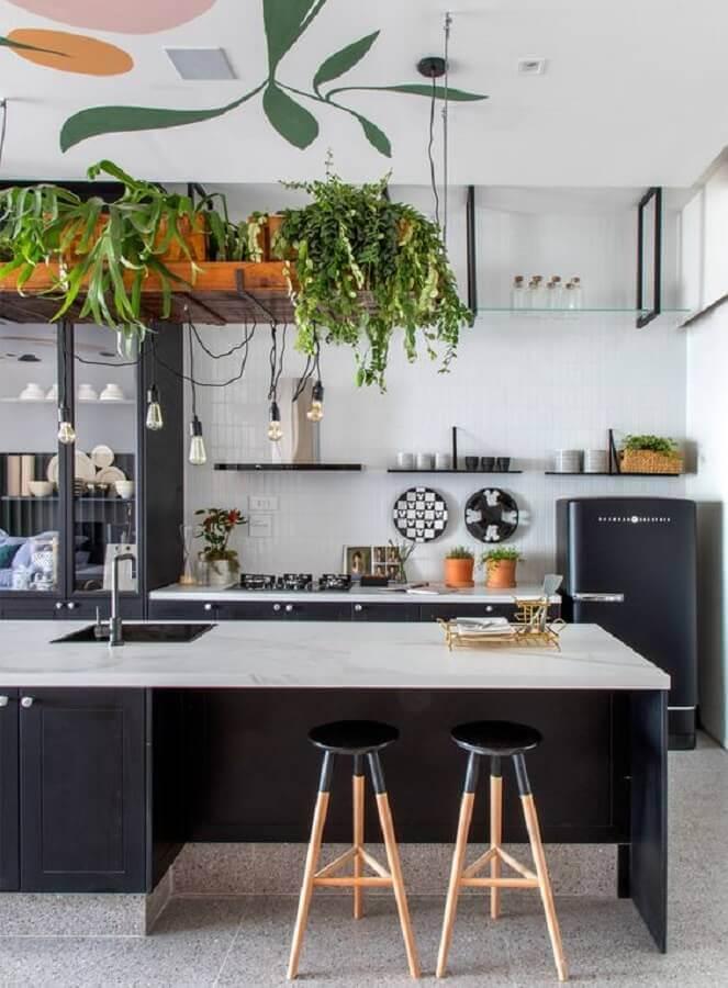 cozinha moderna decorada com prateleira para plantas  Foto Living Gazette