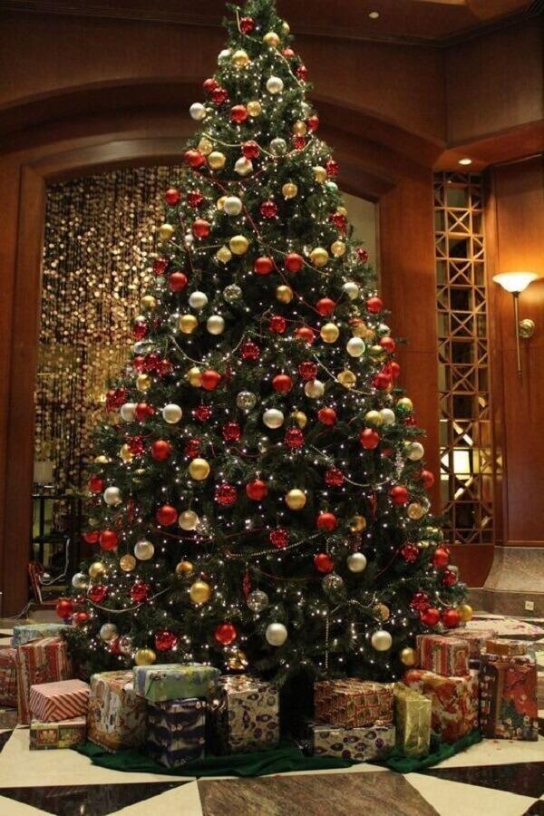classic decoration with large christmas tree Photo Handicraft Magazine