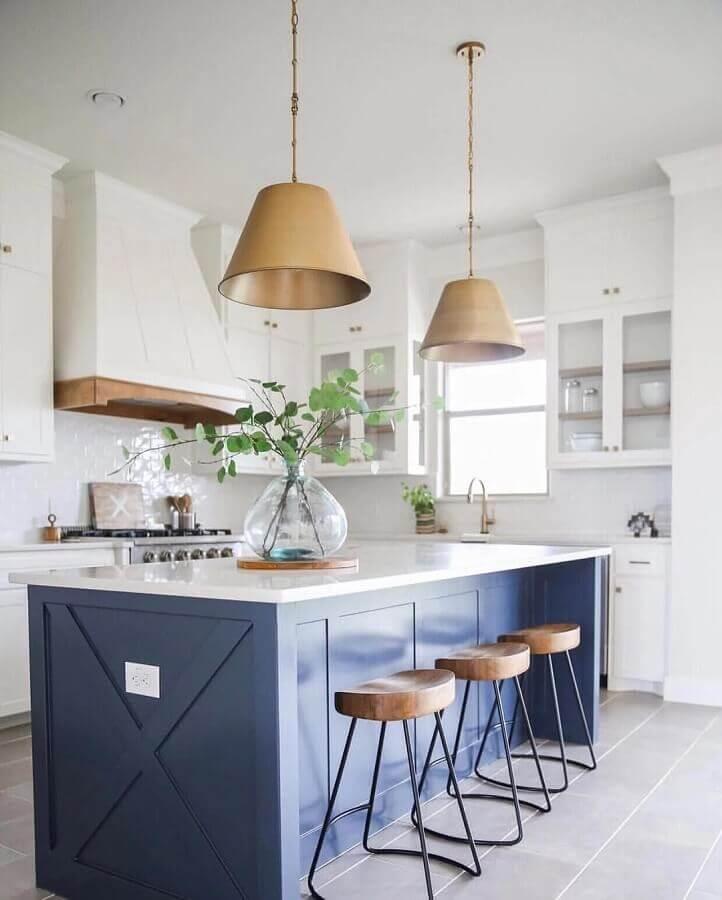 decoração clássica com luminária pendente para bancada de cozinha com ilha Foto Jane at Home
