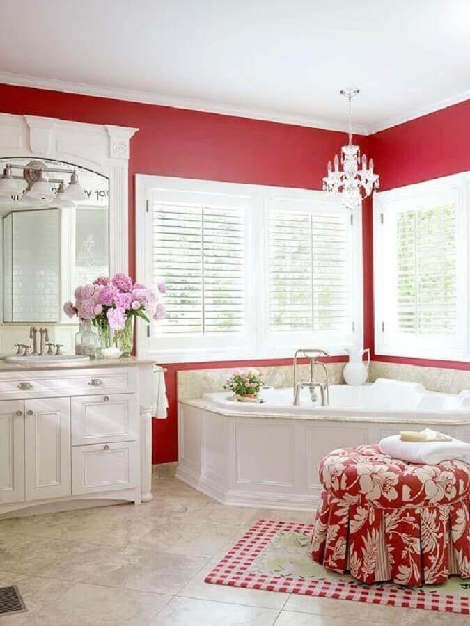decoração clássica de banheiro vermelho e branco de luxo Foto Deavita