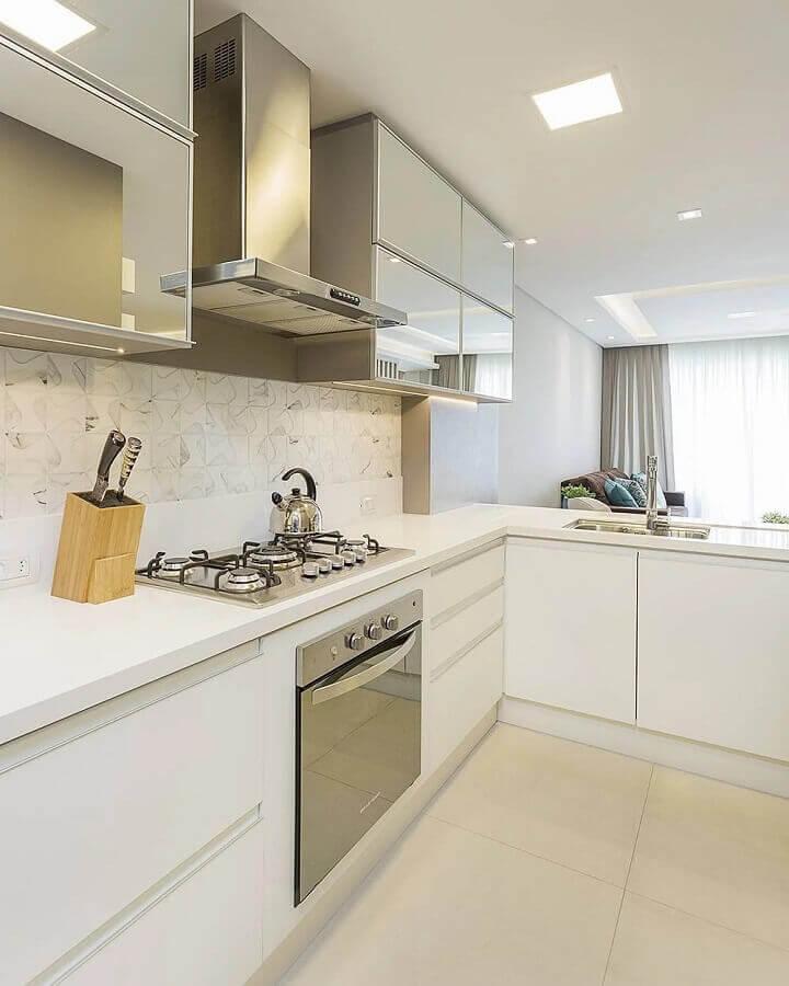 decoração clean com armário aéreo espelhado para cozinha de canto planejada toda branca Foto Juliana Agner Arquitetura