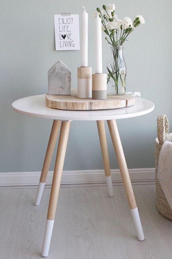 decoração clean com mesa de canto redonda retrô pés palito Foto Pinterest