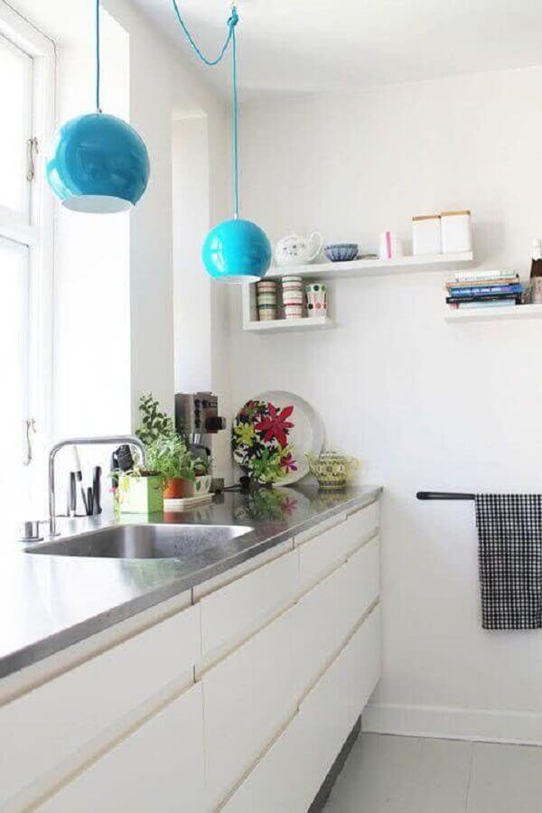 decoração clean com pendente azul para bancada de cozinha branca Foto Pinterest