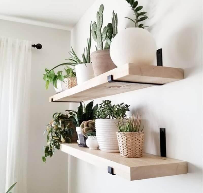 decoração clean com prateleira de madeira para plantas  Foto Etsy