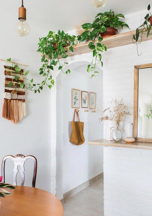 decoração clean com prateleira de madeira para plantas Foto Histórias de Casa