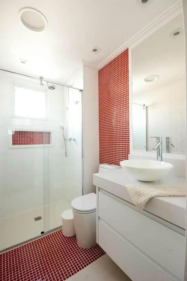 decoração clean para banheiro com pastilha vermelha nas paredes e piso  Foto Proaro Brasil Arquitetura