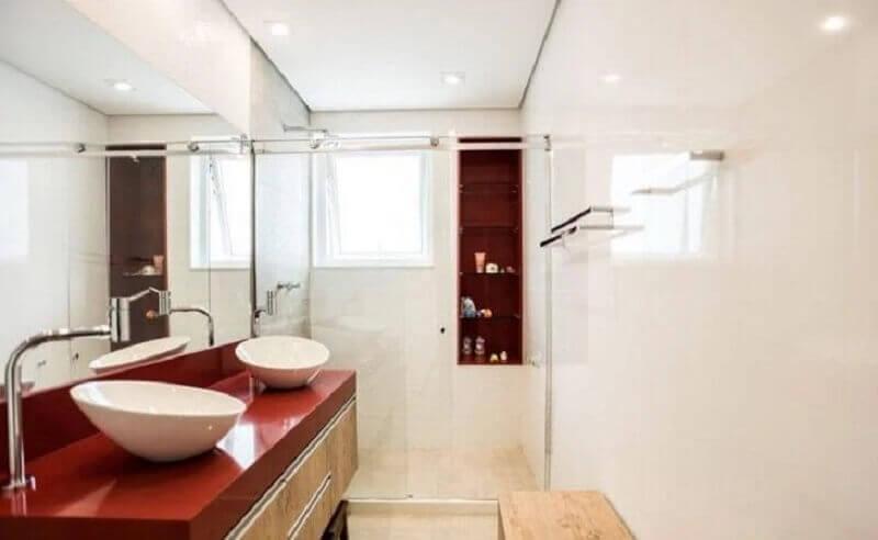 decoração clean para banheiro vermelho e branco com gabinete de madeira  Foto L2 Arquitetura