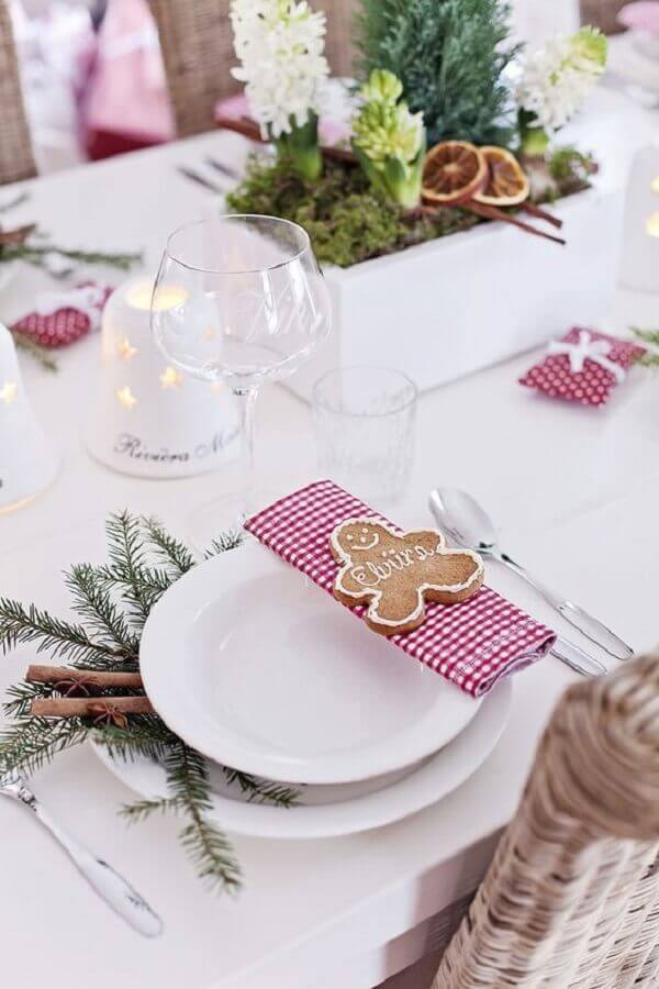 clean decoration for white christmas table with checkered napkin and christmas cookie Photo Arquitrecos