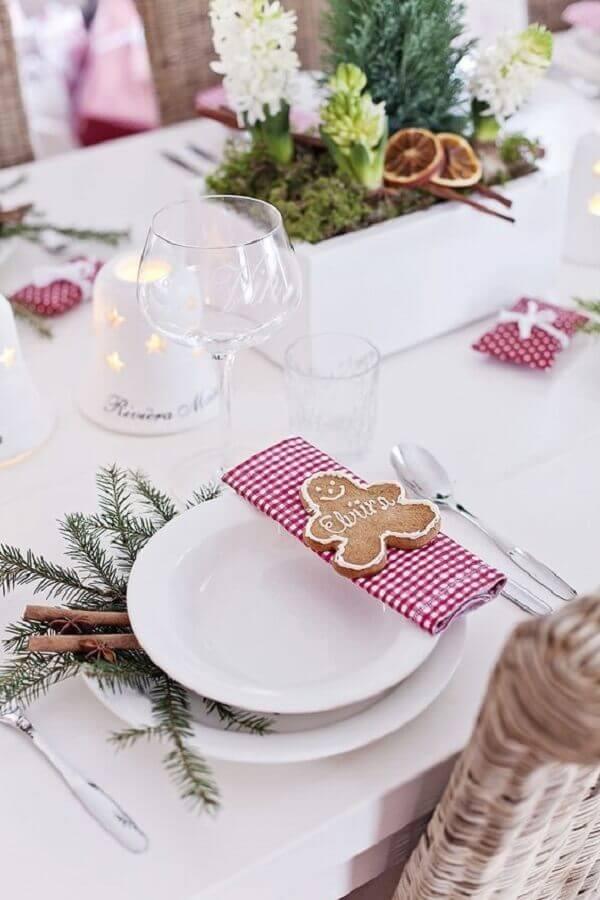 decoração clean para mesa natalina branca com guardanapo xadrez e biscoito de Natal Foto Arquitrecos