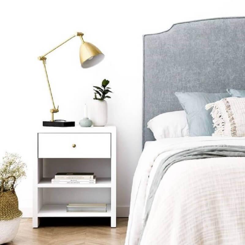 decoração clean para quarto branco com luminária de mesa de cabeceira cobre Foto Kenay Home