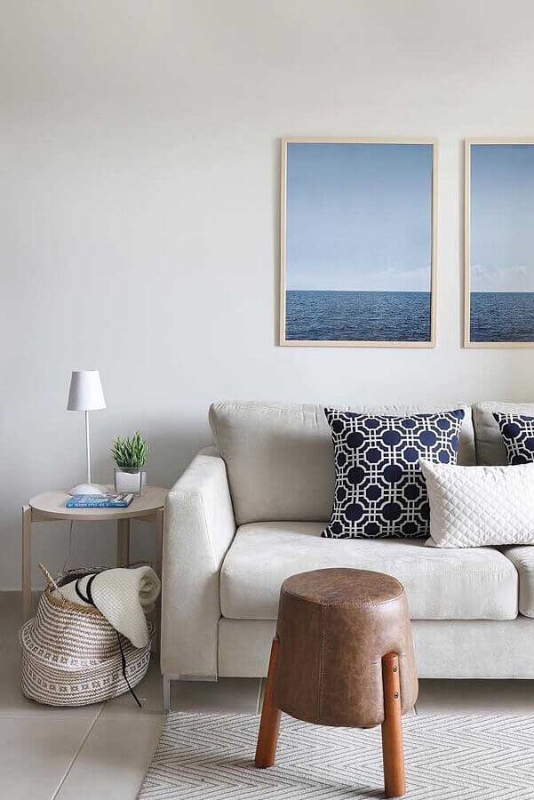 decoração clean para sala com mesa de canto redonda madeira Foto Apartment Therapy